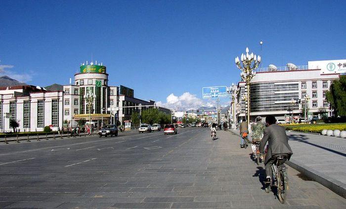 Lhasa-main-street-@Rhaessner